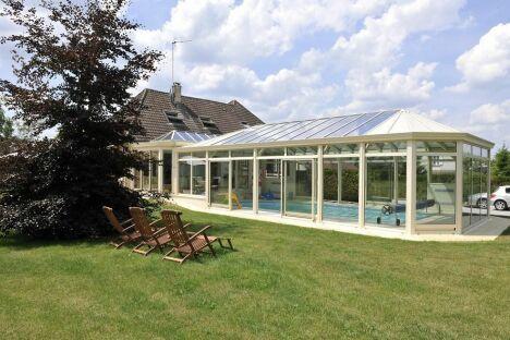 """Vacances perpétuelles"" : Véranda sur-mesure avec piscine<span class=""normal italic petit"">© Vérand'Art</span>"