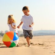 10 dangers qui guettent vos enfants à la plage