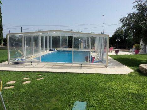 Abri de piscine PERSIQUE à Mauguio, Hérault (34) angulaire pans droits télescopique résidentiel.