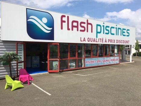 """Flash Piscines<span class=""""normal italic petit"""">© Flash Piscines</span>"""