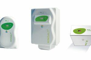 Economique et compact,  MINISALT® produit un désinfectant puissant et efficace par électrolyse de l'eau salée, pour des bassins jusqu'à 70 m3.