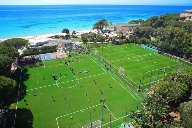 "Terrain de football du Forte Village Resort  <span class=""normal italic petit"">© Forte Village Resort</span>"