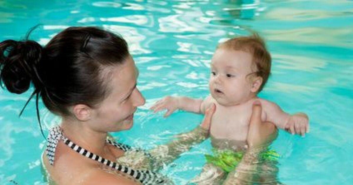 8 raisons d inscrire votre enfant aux b b s nageurs for Bebe dans piscine
