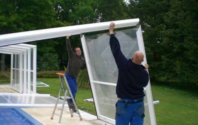 Installation d'un abri de piscine © Cover Services