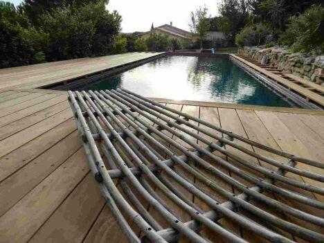"""piscine à débordement membrane armée entourage en cumaru<span class=""""normal italic petit"""">DR</span>"""