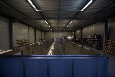 """Fabrication d'une piscine de 20,00 x 3,00 M à débordement<span class=""""normal italic petit"""">DR</span>"""