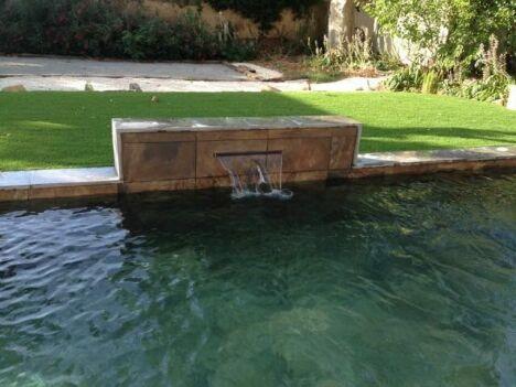 Bassin en pierre de bali avec muret lame d'eau