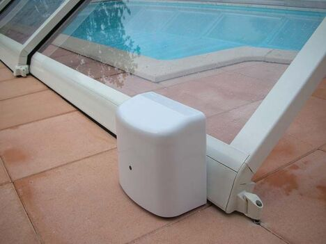 """Motorisation d'un abri de piscine<span class=""""normal italic petit"""">© Cover Services</span>"""