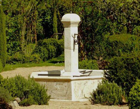 Fontaine centrale de village SEVILLE en pierre reconstituée ROC DE FRANCE