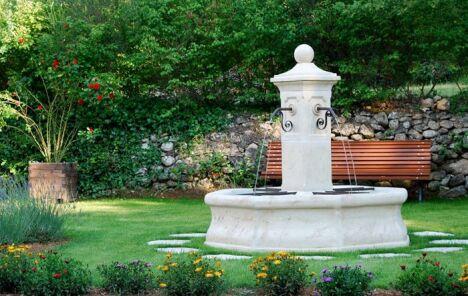 """Fontaine centrale de village VINCENNES en pierre reconstituée ROC DE FRANCE<span class=""""normal italic petit"""">DR</span>"""