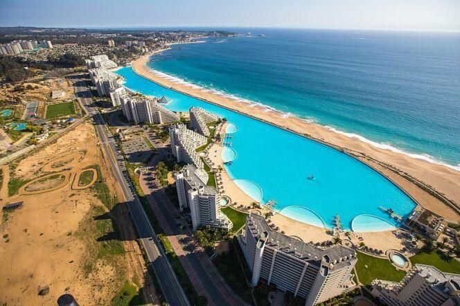 """A la découverte de la piscine d'Algarrobo, la deuxième plus grande piscine du monde.<span class=""""normal italic petit"""">© Crystal Lagoons - Wikicommons</span>"""