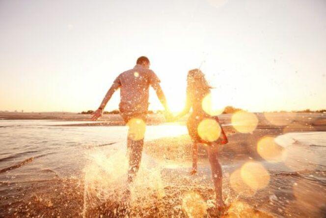 A la plage, un smartphone est exposé à de multiples dangers : casse, vol, etc... Découvrez comment le protéger.