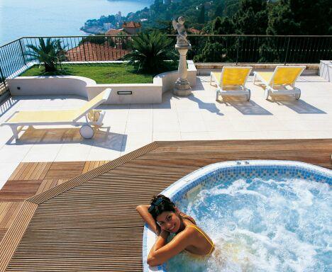 """A l'extérieur, le spa Mosaïque Octavia valorise une terrasse en bois et permet de profiter de la vue en se relaxant.<span class=""""normal italic petit"""">© Clair Azur Spas</span>"""