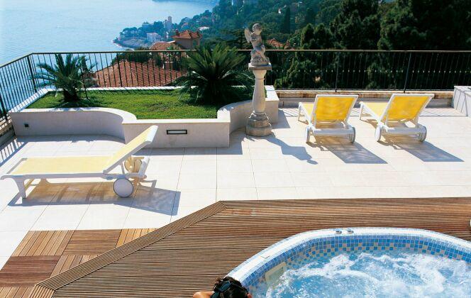 A l'extérieur, le spa Mosaïque Octavia valorise une terrasse en bois et permet de profiter de la vue en se relaxant. © Clair Azur Spas