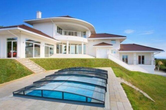 """Un abri de piscine bas, parfaitement intégré à son environnement.<span class=""""normal italic petit"""">© Eureka</span>"""