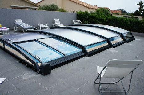 abri bas de piscine sur terrasse carrelage Hérault