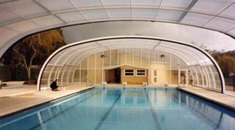 """Abri de piscine à ouverture centrale Arqualand<span class=""""normal italic petit"""">© Arqualand</span>"""