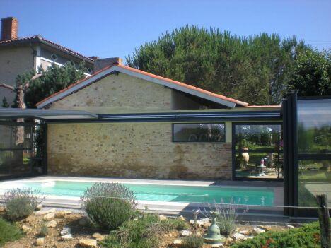 """Abri de piscine adossé télescopique Octavia<span class=""""normal italic petit"""">© Octavia</span>"""