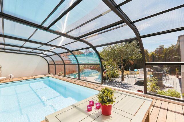 Abri de piscine avec panneaux relevables