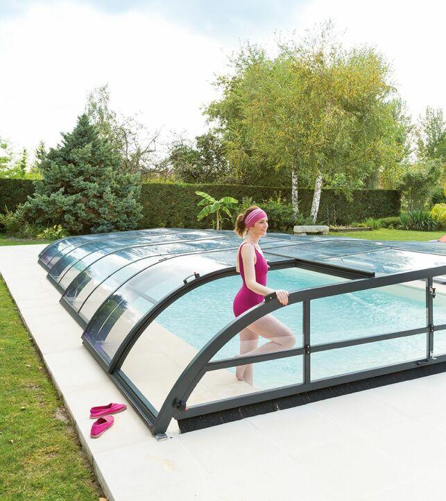 Abri de piscine bas avec porte latérale.