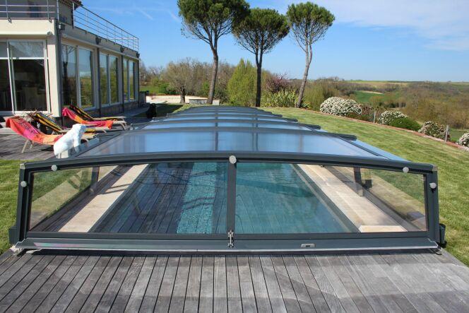 Abri de piscine bas, modèle Néo, par Azenco