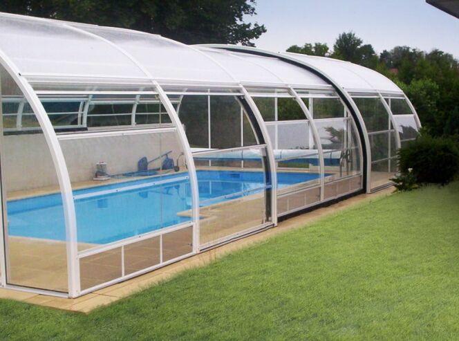 """L'abri de piscine cintré<span class=""""normal italic petit"""">© Abrisud</span>"""