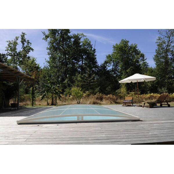 Abri de piscine discret qui se fond dans l 39 environnement for Environnement piscine