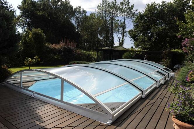 """L'abri de piscine en aluminium est une solution solide et durable pour protéger votre piscine.<span class=""""normal italic petit"""">© Abrideal</span>"""