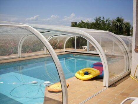 "Abri de piscine mi-haut en aluminium Sun Abris<span class=""normal italic petit"">© Sun Abris</span>"