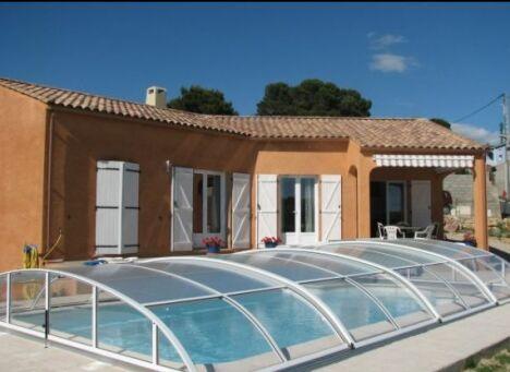 "Abri de piscine en aluminium Sun Abris<span class=""normal italic petit"">© Sun Abris</span>"