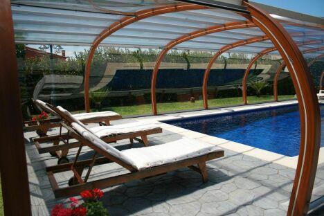 """Abri de piscine en bois haut fixe<span class=""""normal italic petit"""">© Abris Piscines Conception</span>"""
