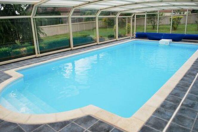 """Abri de piscine en polycarbonate : léger et résistant<span class=""""normal italic petit"""">© Yvann K - Fotolia.com</span>"""