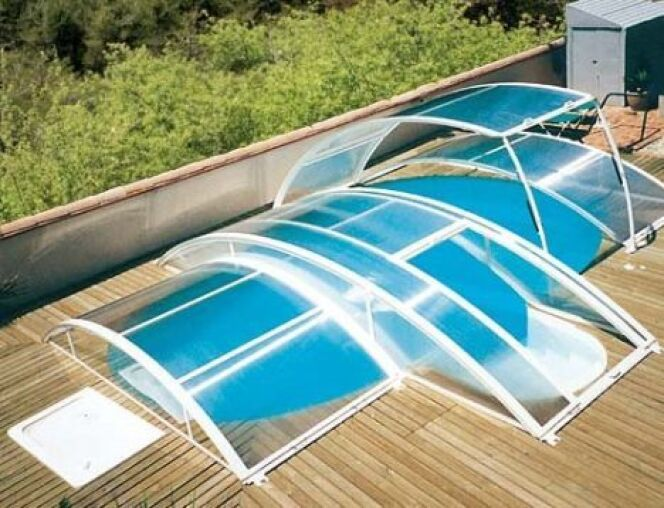 """L'abri de piscine escamotable se retire facilement pour laisser la piscine rapidement accessible.<span class=""""normal italic petit"""">© Abrideal</span>"""