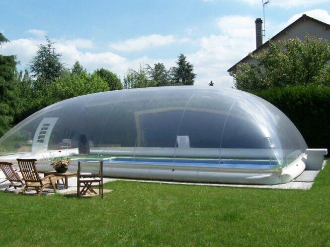 """L'abri de piscine gonflable crée une bulle au-dessus de votre piscine pour assurer sa sécurité.<span class=""""normal italic petit"""">© Poolabri</span>"""