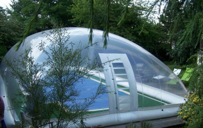 Abri de piscine gonflable type Dome AERO, par Pool Abri © Pool Abri