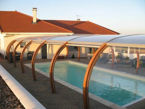 """Abri de piscine haut accolé à la maison<span class=""""normal italic petit"""">© Abris Piscines Conception</span>"""