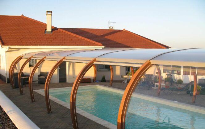 Abri de piscine haut accolé à la maison © Abris Piscines Conception