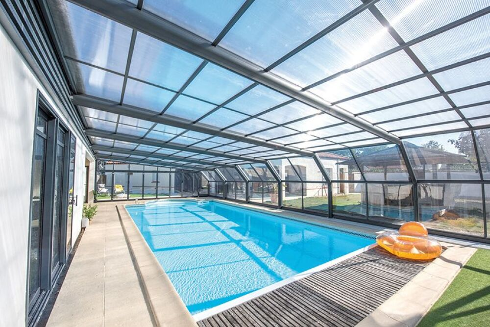 Abri de piscine haut Attik angulaire© Abri Piscine Gustave Rideau - Photo : J. Auvinet.