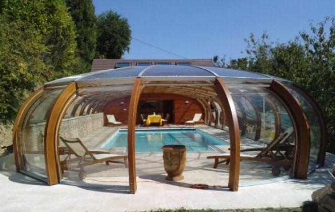 Abri de piscine haut avec rotonde ouvrante © Abris Piscines Conception