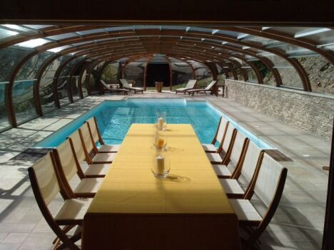 "Abri de piscine haut avec rotonde ouvrante<span class=""normal italic petit"">© Abris Piscines Conception</span>"