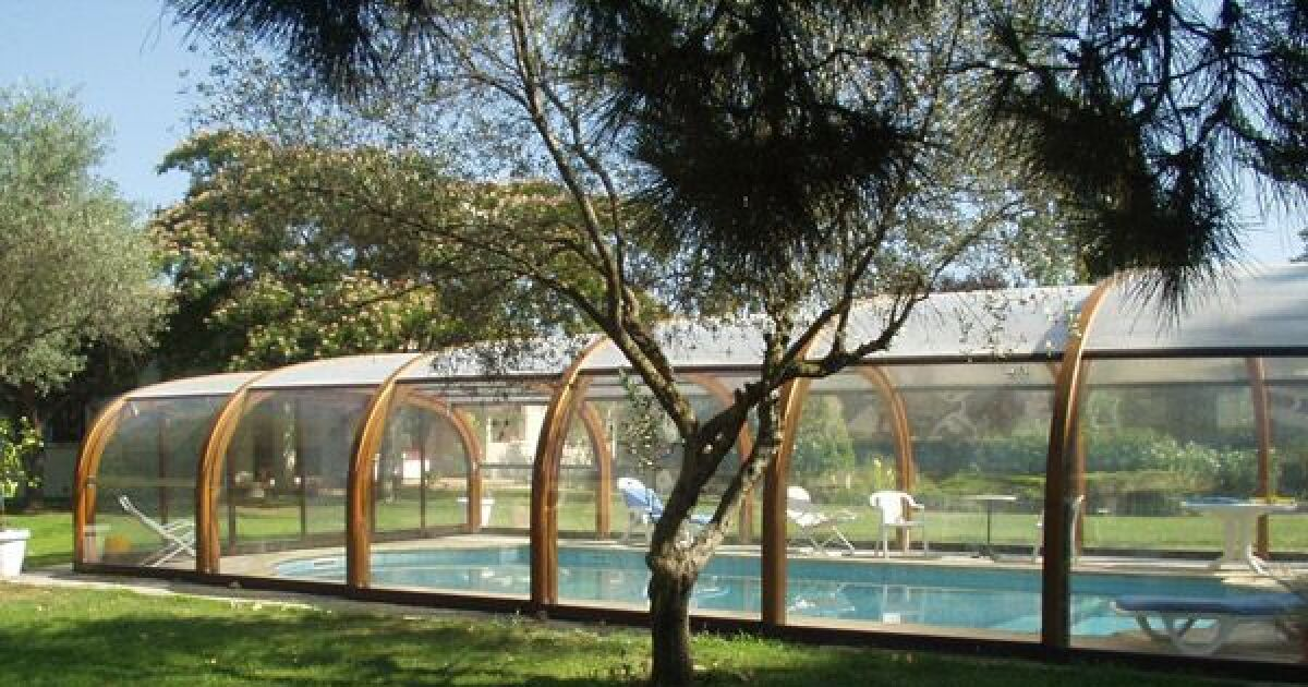 Reportage photos abris de piscines en bois abri de for Abri bois piscine