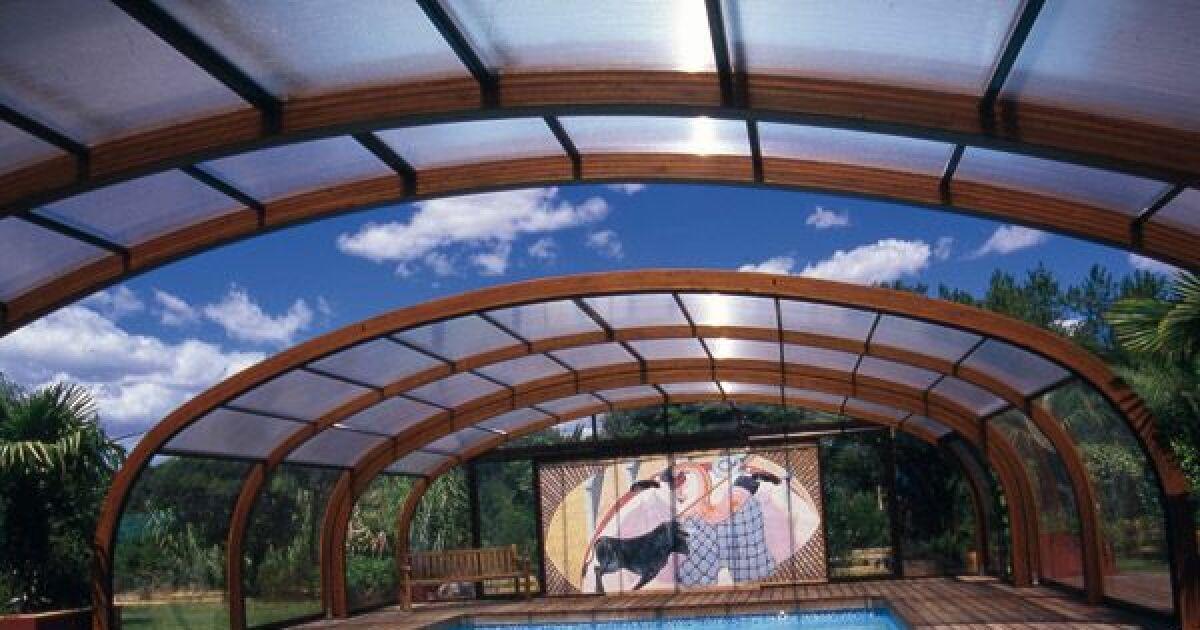 Reportage photos abris de piscines en bois abri de for Abri piscine haut fixe