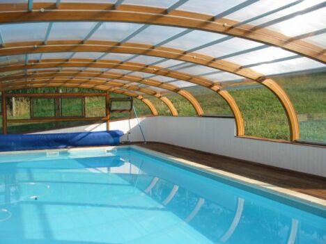 Abri de piscine haut en bois fixe sur muret for Abri piscine haut fixe