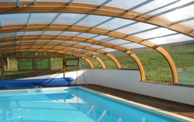 Abri de piscine haut fixe sur muret © Abris Piscines Conception