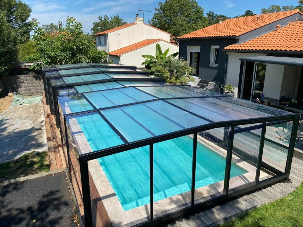 Abri de piscine haut ouverture centrale, 6 éléments, RAL 9005 (NOIR)© Abris d'Albret