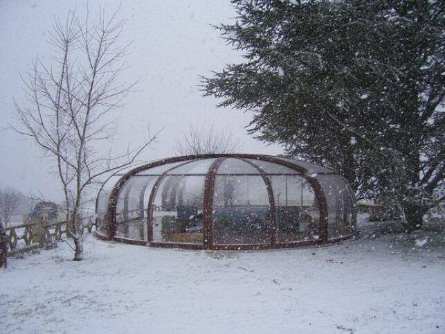 Abri de piscine haut rotonde en bois sous la neige Sun Abris
