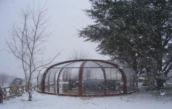 Abri de piscine haut rotonde en bois sous la neige Sun Abris © Sun Abris
