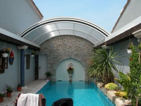 "Abri de piscine lanterneau ouvert Arqualand<span class=""normal italic petit"">© Arqualand</span>"