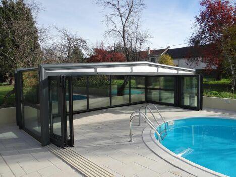 "Abri de piscine mi-haut 3 angles Octavia<span class=""normal italic petit"">© Octavia</span>"