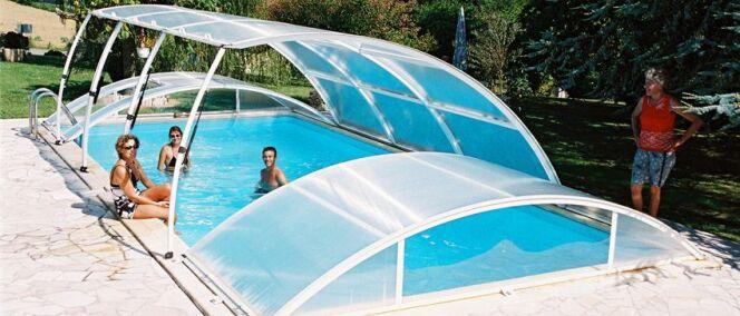 Abri de piscine relevable ou escamotable